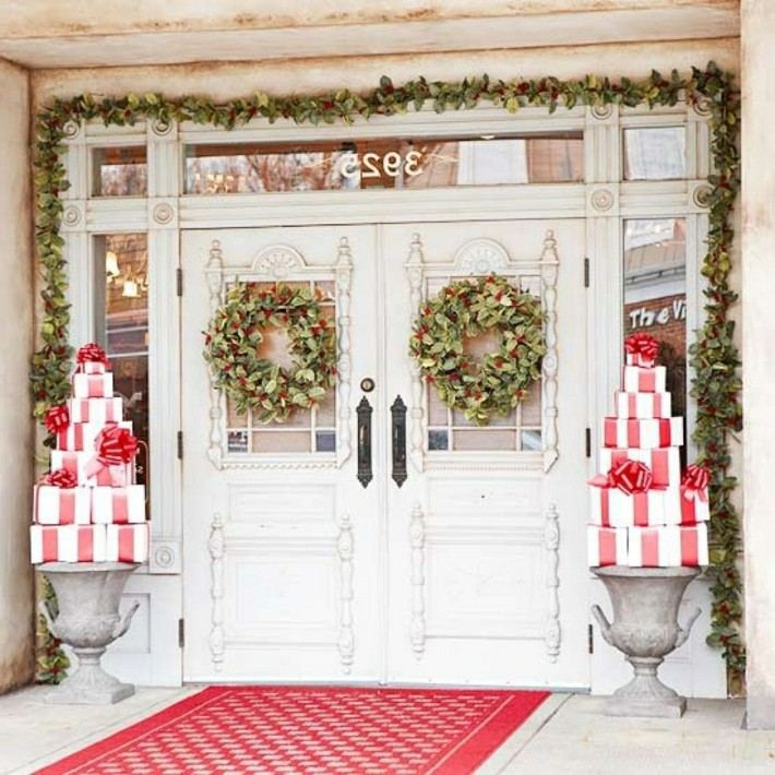 Porche de entrada decorado para la navidad 50 ideas for Arreglo para puertas de navidad