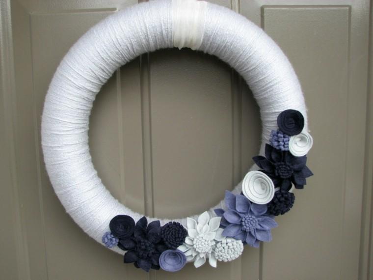 puertas de entrada decoradas guirnaldas lana blanca ideas