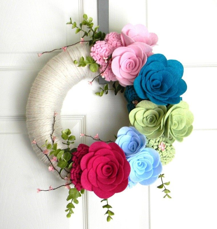 puertas de entrada decoradas guirnaldas lana blanco flores ideas