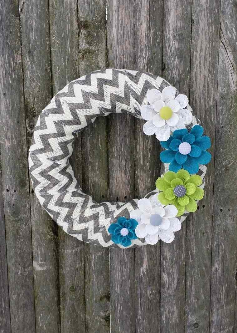 puertas de entrada decoradas guirnaldas lana flores blanco verde azul ideas