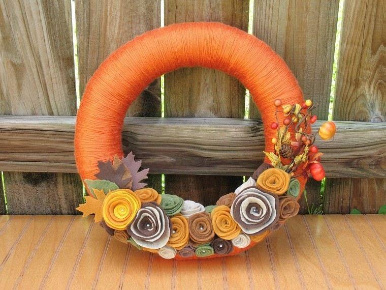 puertas de entrada decoradas guirnaldas lana naranja ideas