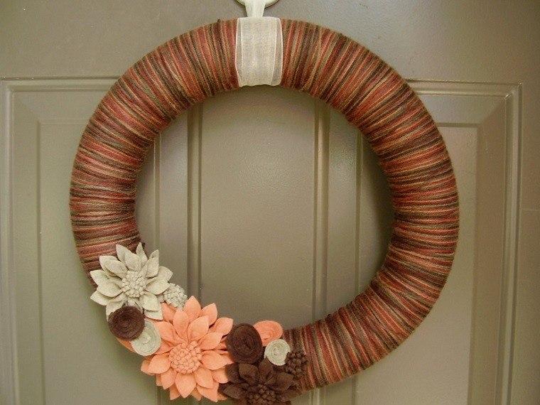 puertas entrada decoradas guirnaldas lana precioso colores otono ideas