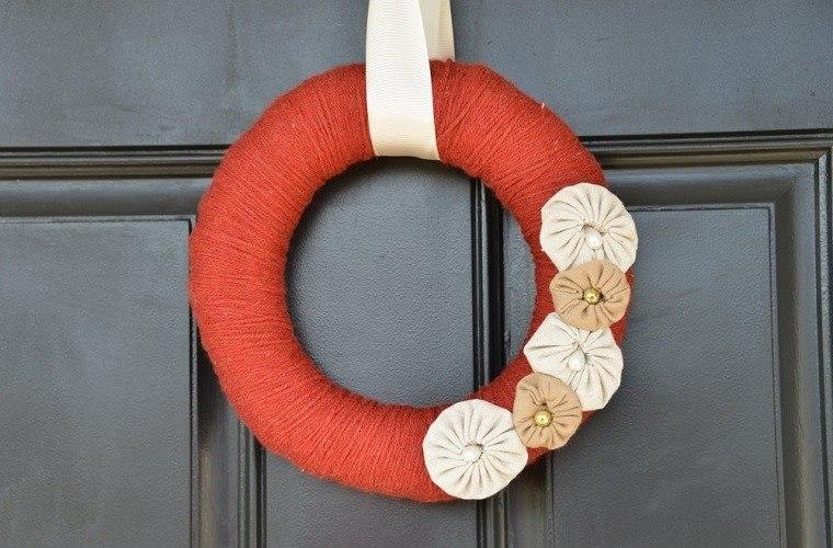puertas entrada decoradas guirnaldas lana rojo otono ideas