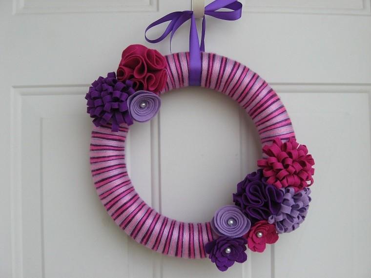puertas entrada decoradas guirnaldas lana rosa purpura ideas