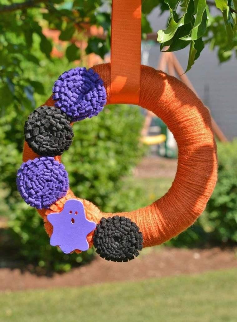 puertas de entrada decoradas guirnaldas lana flores negras purpura ideas