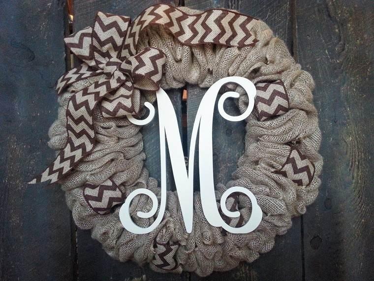 puertas de entrada decoradas guirnaldas tela letra decorativa ideas