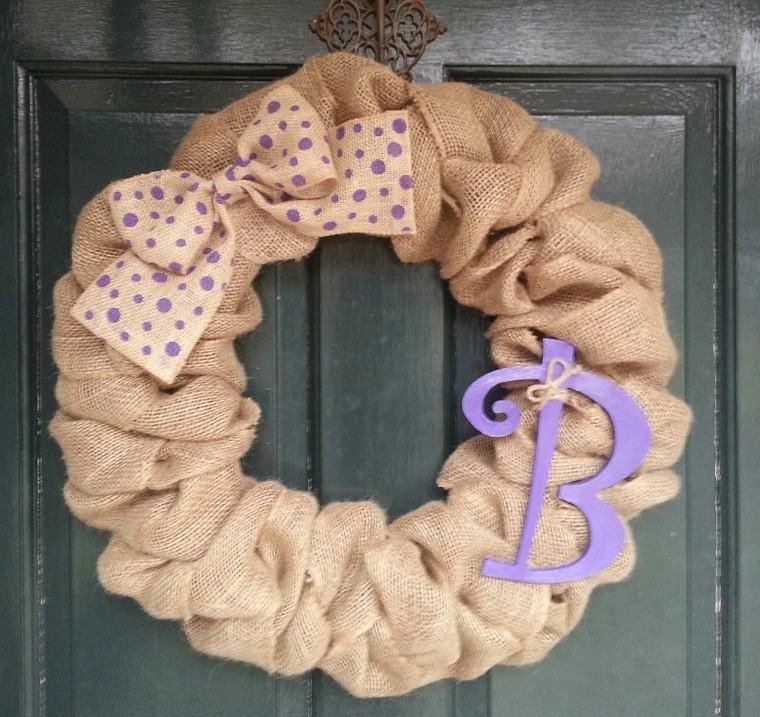 puertas entrada decoradas guirnaldas tela letra purpura ideas