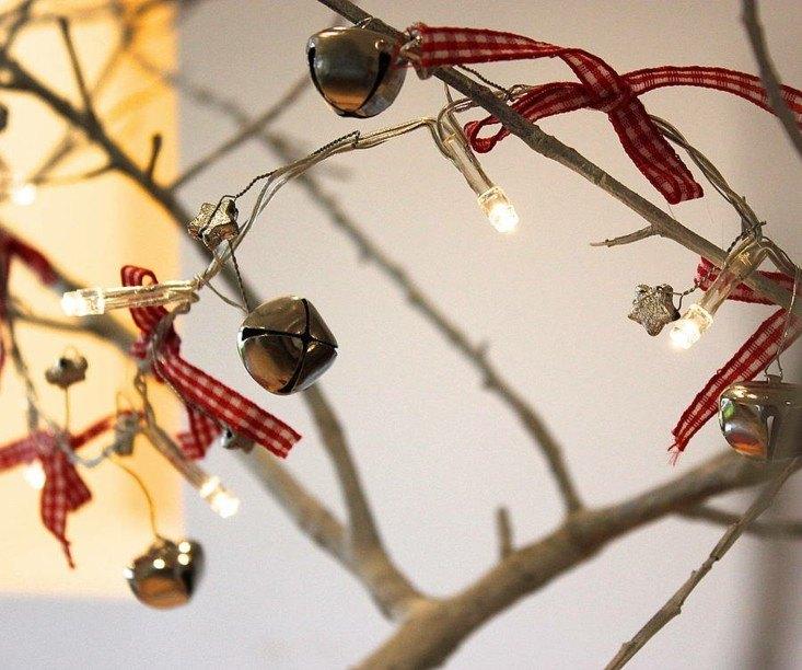 ramas secas campanas lazos rojos