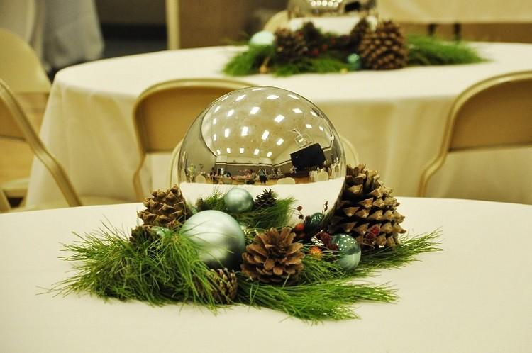 Recetas navide as para decorar la mesa en plata y verde - Bolas de navidad grandes ...