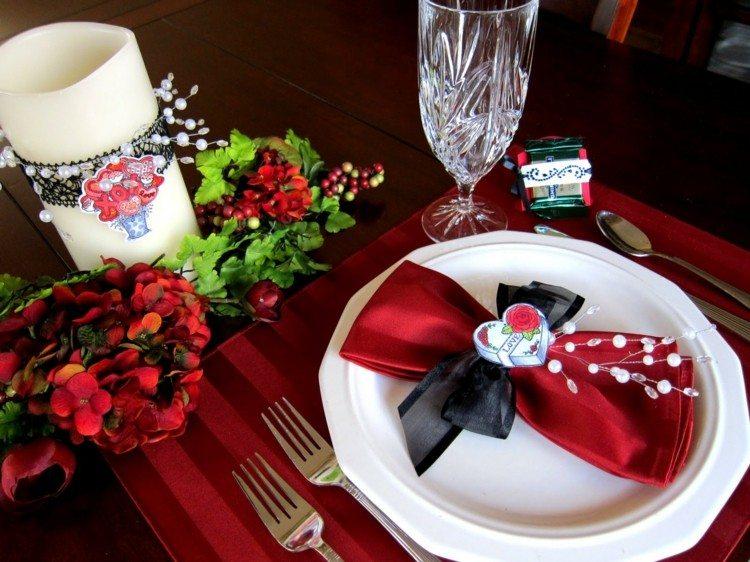 tenedores servilletas velas flores rojas