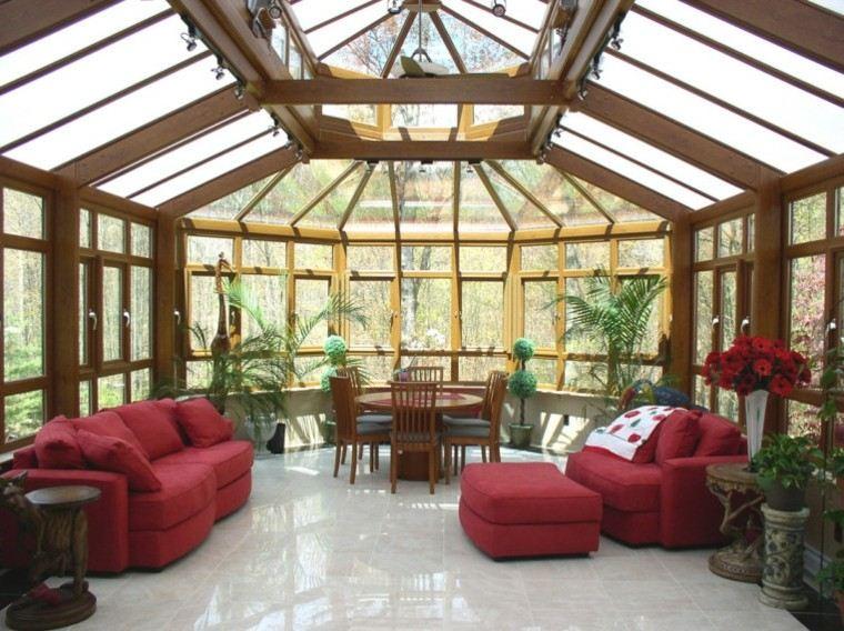 terraza acristalada sofas rojos