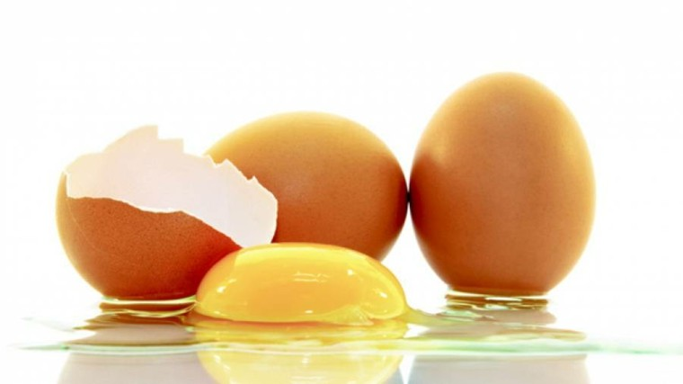 tres huevos uno roto salsa