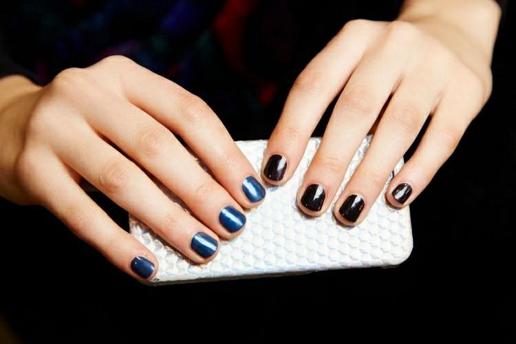 uñas negras y azules mano
