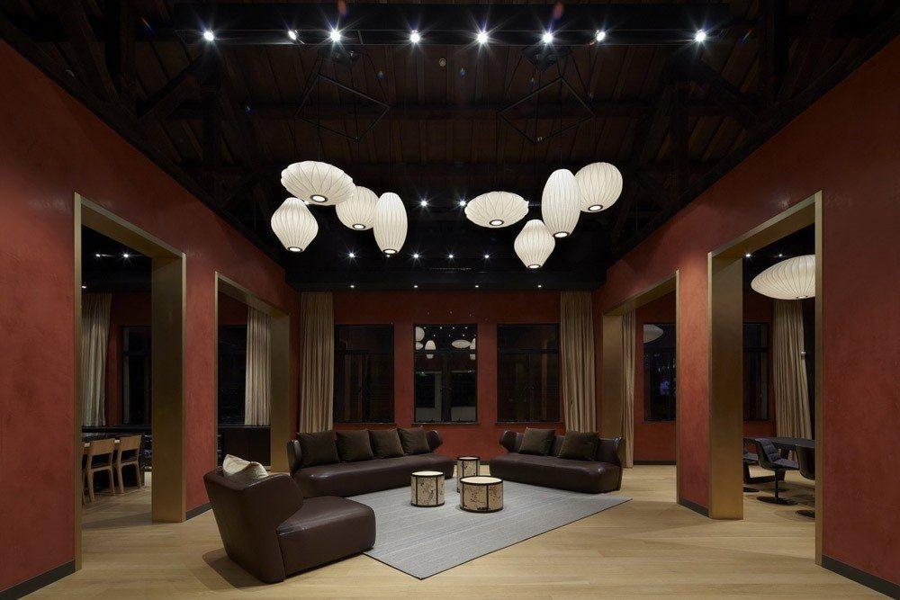 Kokai Studios salon techo alto paredes rojas ideas