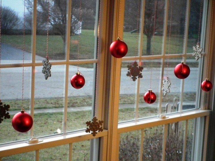 adornos navideños ventanas bolas rojo