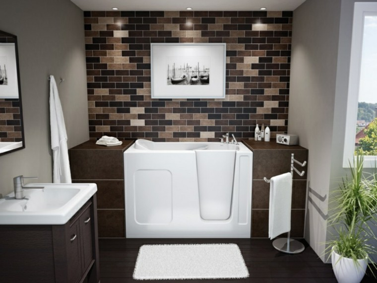 baño moderno bañera azulejos marrones