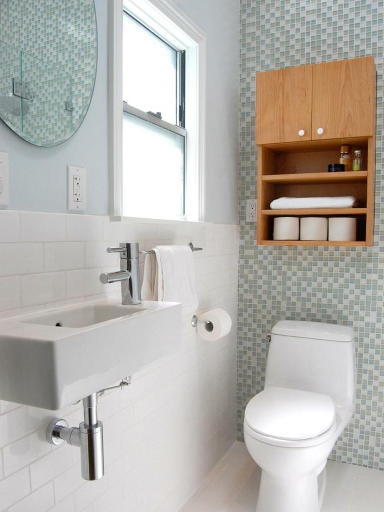 baño pequeño pared mosaico celeste
