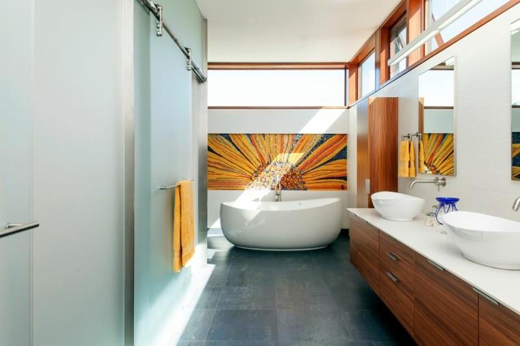 Baños Color Verde Oscuro:pared preciosa con flor de colora naranja muy grande