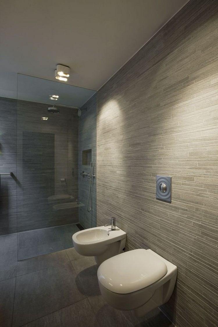 cuarto baño color gris lamparas