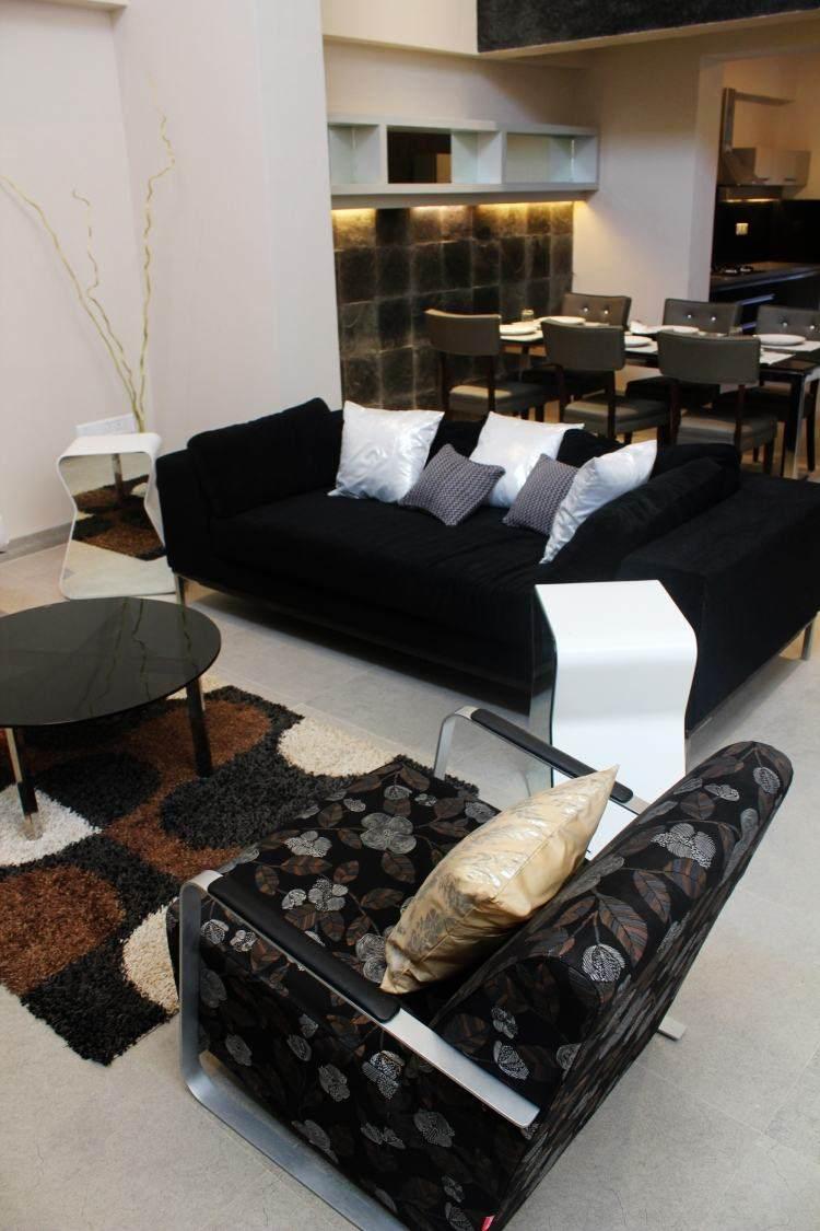 decoracion interiores salones acogedores sofa negra cojines blancos ideas