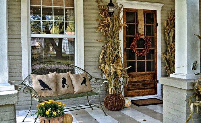 decoracion-otono-porche-puerta-flores-maceta-banco-acero