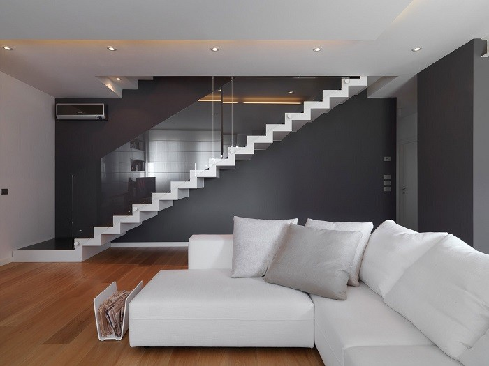 escalera blanca suelo madera pared negra ideas