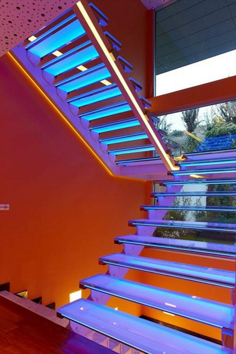 escaleras interior iluminacion LED azul escalones ideas