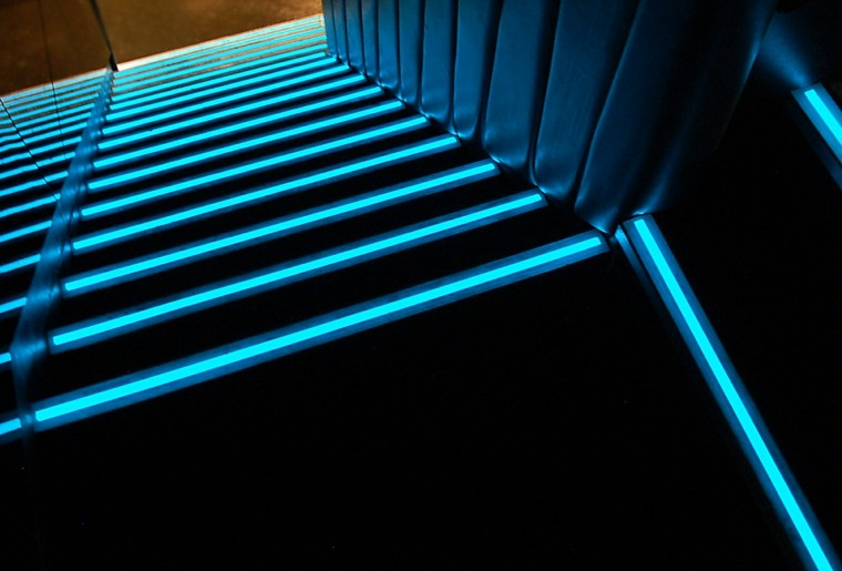 escaleras de interior con iluminacin led de color azul