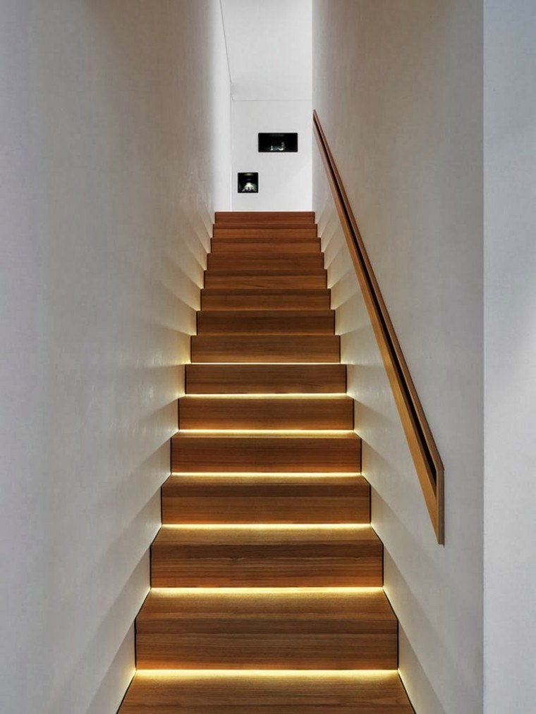 Escaleras de interior y exterior con iluminaci n led for Modelos escaleras interiores