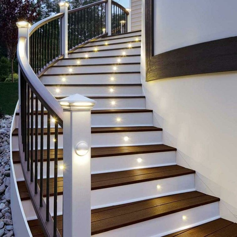 escaleras exterior iluminacion LED madera blanca marron ideas
