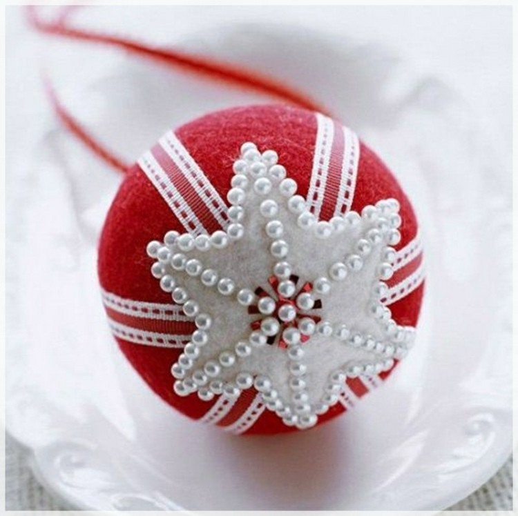 esferas rojo perlas manteles blanco