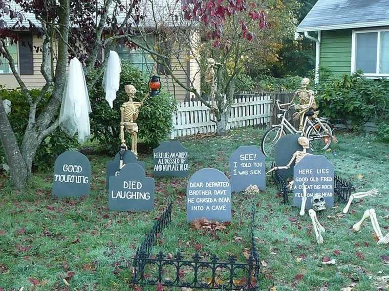 Imagenes de halloween 35 ideas para decorar la puerta for Cementerio parque jardin la puerta