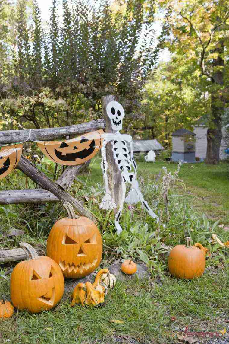 Imagenes de halloween 35 ideas para decorar la puerta for Decorar calabazas secas