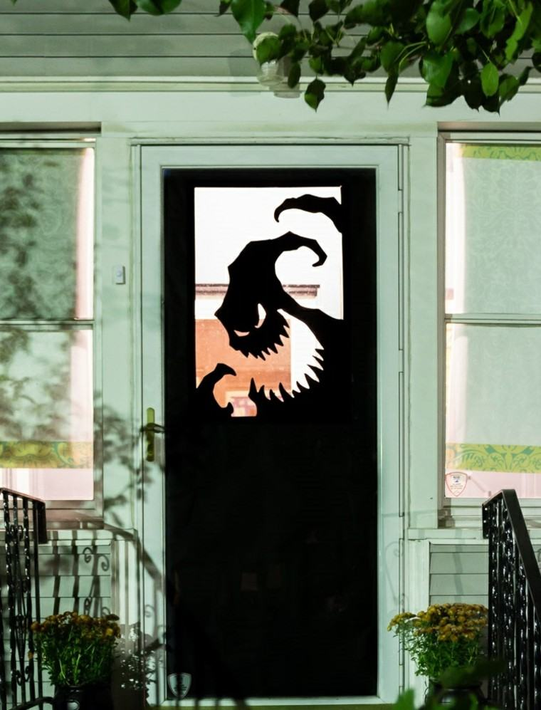 Imagenes de halloween 35 ideas para decorar la puerta for Como decorar una puerta