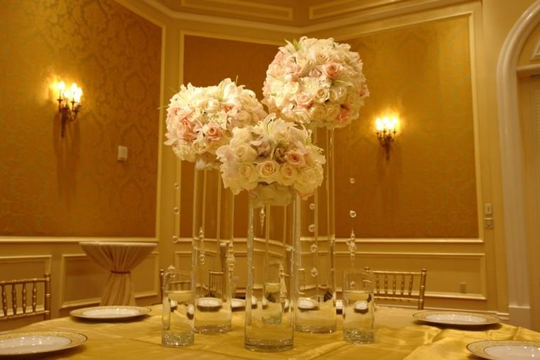 mesa elegante centro rosas blancas