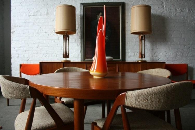 mesa madera sillas color beige
