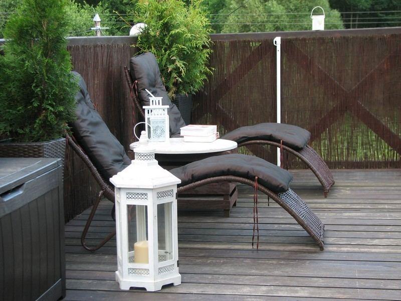 muebles bonitos balcon terraza moderna tumbonas farolas ideas