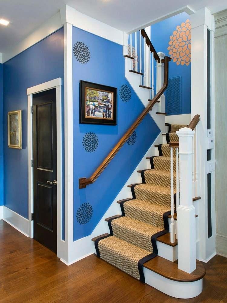 pared color azul flores negras