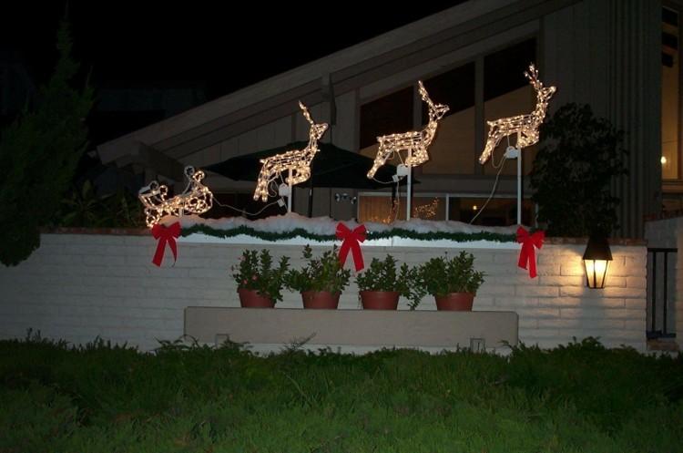 renos santa decorado volando cesped macetas