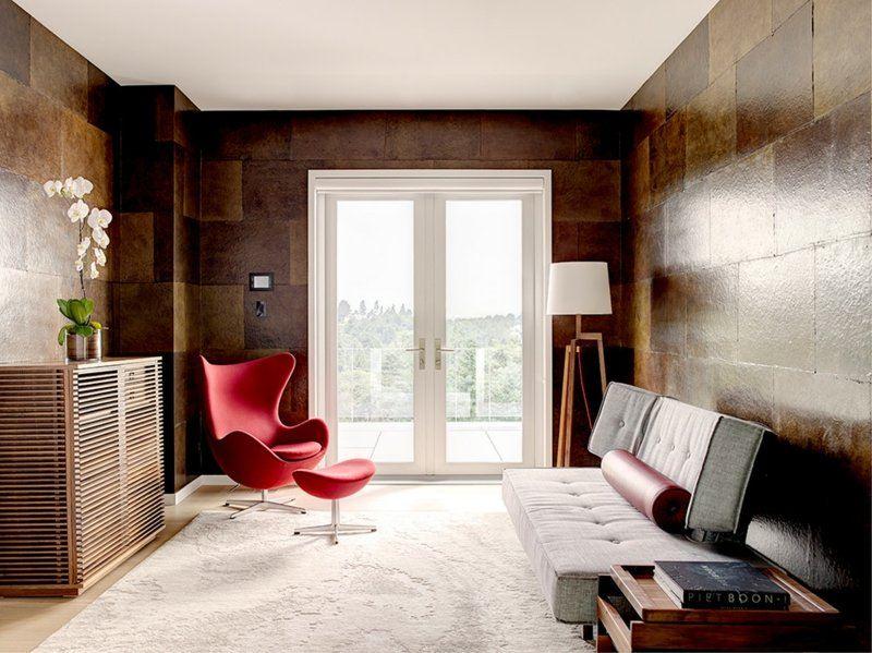 salon moderno paredes color marron sillon rojo ideas