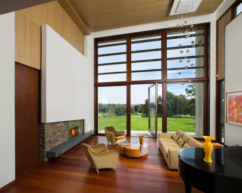salon moderno paredes color marron ventanal ideas