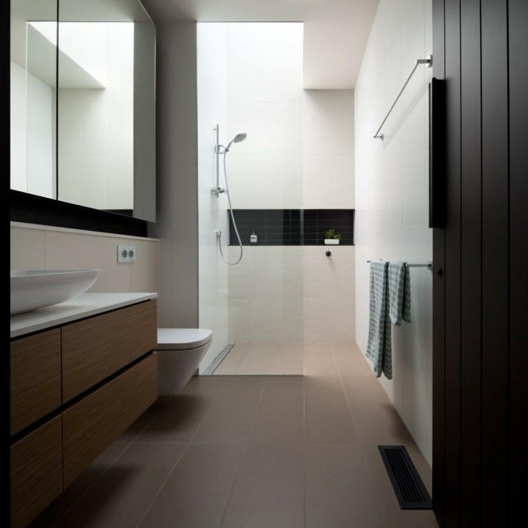Baños Con Ducha Negra:blanco con un stante negro que pasa en medio en la parte de la ducha