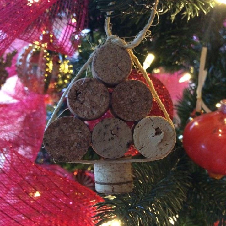 manualidades de navidad para niños abeto adorno tapones corcho vino