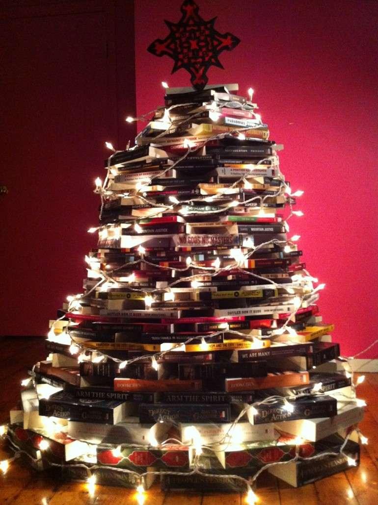 abeto casero de libros luces