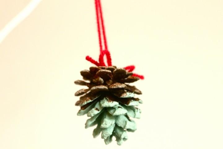 manualidades de navidad para niños adorno colgante piña pino pintada