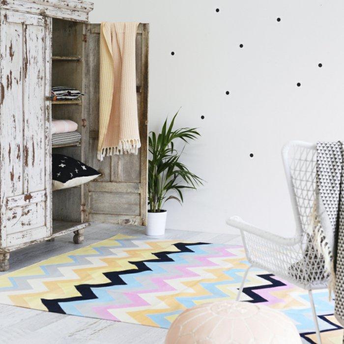 alfombras vintage maderas sillas blanco