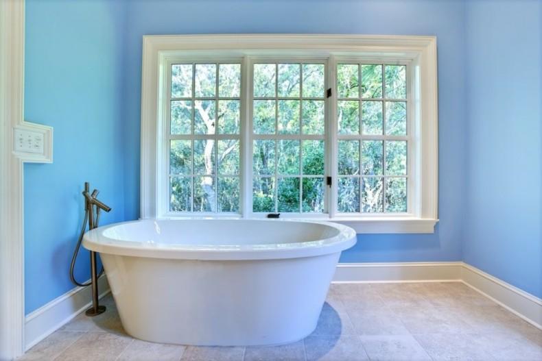 baños de color celeste bañera blanca