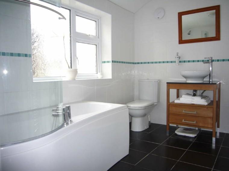 diseño baño peuqeño color blanco