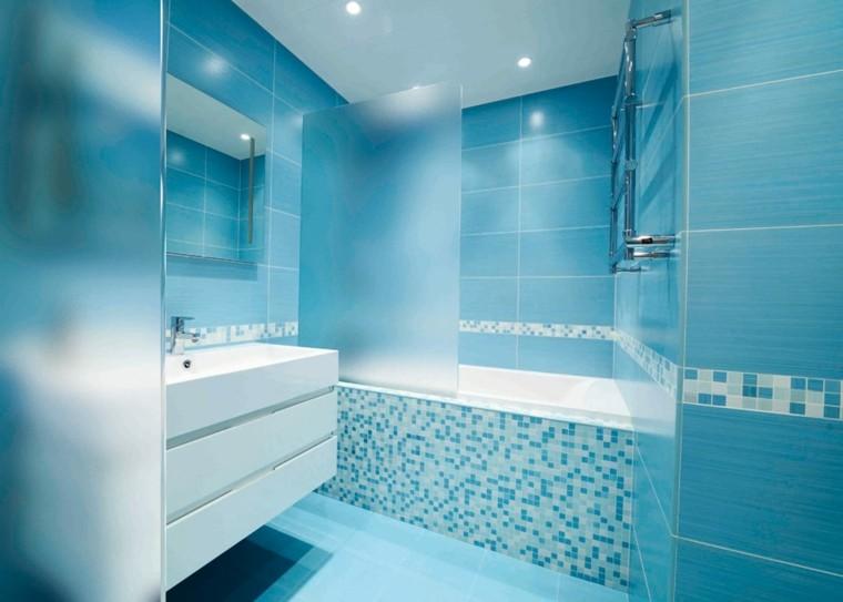 baños de color azul celeste