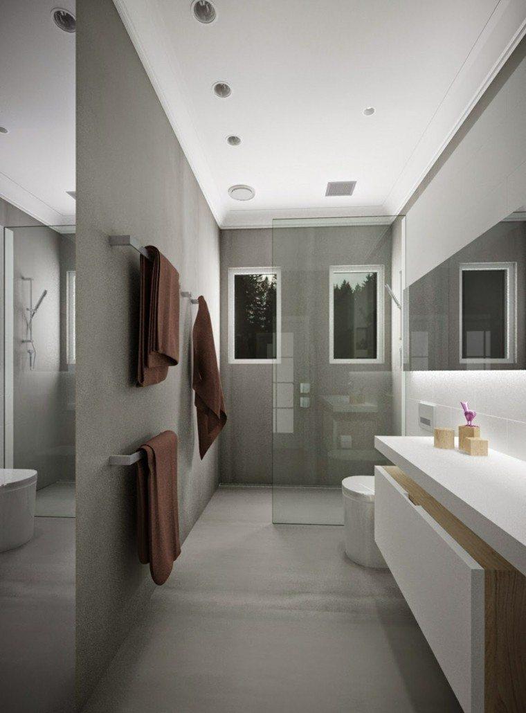 Baños Con Dos Duchas: Se ha usado tambíen en este baño estrecho con paredes de hormigón